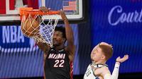 Pemain Heat Jimmy Butler melakukan dunk saat melawan Bucks di semifinal wilayah timur NBA (AP)