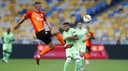 Pemain FC Shakhtar Donetsk, Serhiy Kryvtsov, berebut bola dengan pemain VfL Wolfsburg, Joao Victor, pada laga Liga Europa di Stadion NSK Olimpiyskiy, Kiev, Rabu (5/8/2020). Shakhtar Donetsk menang 3-0 atas Wolfsburg. (AP/Efrem Lukatsky)