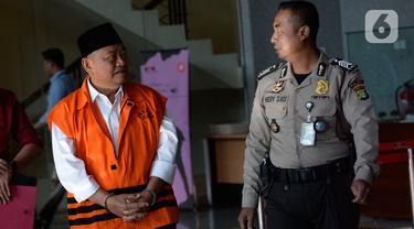 Bupati Sidoarjo Saiful Ilah (kiri) usai menjalani pemeriksaan penyidik KPK di Gedung KPK, Jakarta, Kamis (23/1/2020). Saiful Ilah diperiksa sebagai tersangka terkait dugaan menerima suap dalam proyek infrastruktur di Dinas PUPR Kabupaten Sidoarjo. (merdeka.com/Dwi Narwoko)