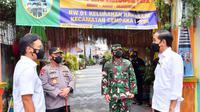 Jokowi mengecek langsung pelaksanaan kebijakan PPKM Mikro di RW 01 Kelurahan Rawasari Kecamatan Cempaka Putih. (Dokumentasi: Fotografer Pribadi Presiden, Agus Suparto).