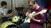 Bassist dan drummer GIGI, Thomas dan Handy saat proses rekaman di studio band GIGI, di kawasan Cilandak, Jakarta Selatan, Senin (9/5/2016) malam. (Andy Masela/Bintang.com)