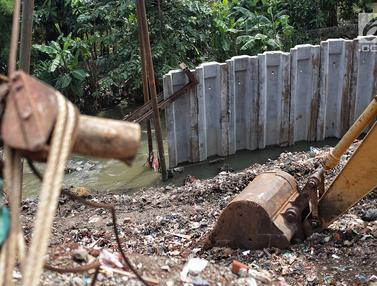 Penampakan Tiang Pancang yang Terbengkalai di Aliran Sungai Ciliwung