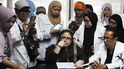 Pengacara Elza Syarief bersama Komunitas Kesehatan Peduli Bangsa memberi keterangan pers terkait meninggalnya petugas KPPS, Panwaslu, dan polisi saat Pemilu 2019, Jakarta, Kamis (9/5/2019). Mereka meminta pemerintah menyatakan perlunya pemasangan bendera setengah tiang. (Liputan6.com/HermanZakharia)