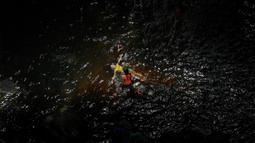 Seorang gadis mengapung dalam kolam yang terbentuk dari air Gunung El Avila saat pandemi virus corona COVID-19 di Caracas, Venezuela, Minggu (19/7/2020). (AP Photo/Matias Delacroix)