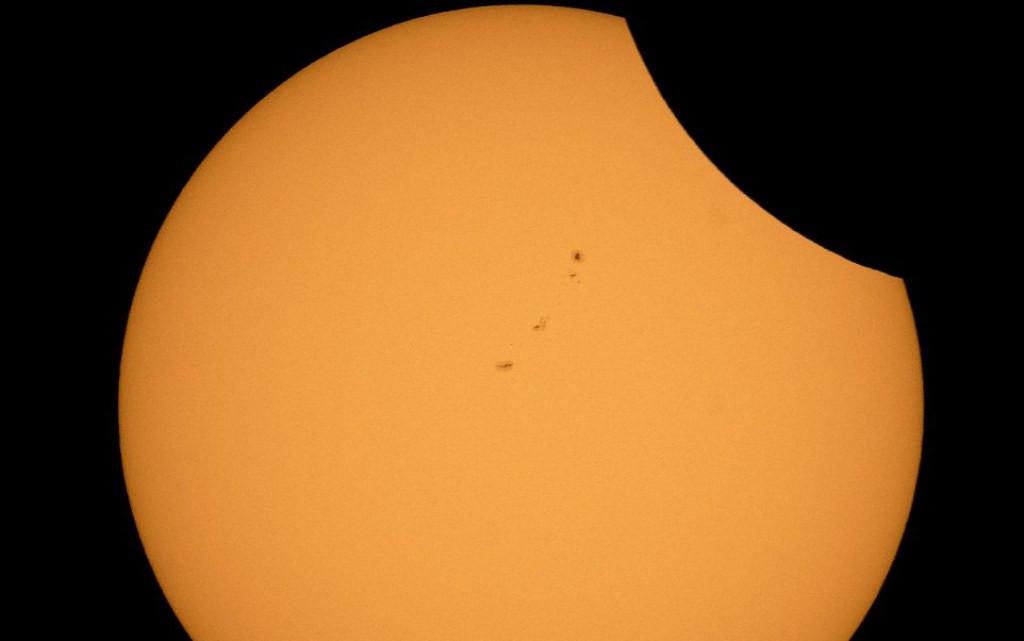 Bayangan Bulan perlahan menutupi Matahari di Oregon. Foto diambil pada pukul 09.25 PTD, Senin 21 Agustus 2017 (AP)