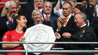Gary Neville (kiri) dan Sir Alex Ferguson (kanan) usai meraih trofi Community Shield saat masih berada di Manchester United pada 2008. (BBC)
