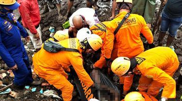 Tim SAR gabungan, berhasil mengevakuasi korban meninggal dunia akibat banjir bandang di pulau Adonara, Flores Timur,NTT. (Liputan6.com/Dionisius Wilibardus)
