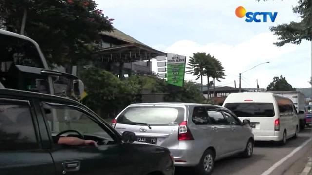 Titik simpul kemacetan menuju kawasan wisata Lembang terjadi di Simpang Panorama dan pertigaan Beatrik.