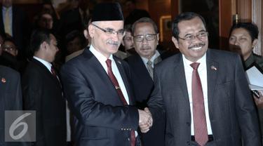 Jaksa Agung RI HM Prasetyo bersalaman dengan Jaksa Agung Turki Halil Yilmaz usai pertemuan tertutup di Jakarta, Selasa (24/5). Pertemuan membahas sistem peradilan di Indonesia serta mewujudkan kerja sama dalam bidang hukum. (Liputan6.com/Faizal Fanani)