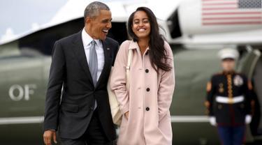 Presiden AS, Barrack Obama berjalan bersama putrinya, Malia, saat akan menaiki pesawat Air Force One dari Bandara O'Hare, Chicago, Kamis (7/4/2016). (REUTERS/Kevin Lamarque)
