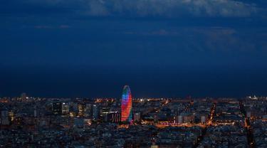 Gedung pencakar langit Torre Agbar terlihat dengan proyeksi cahaya warna pelangi saat peringatan World Pride di Barcelona, Spanyol, 28 Juni 2017. World Pride merupakan acara perayaan LGBT terbesar di dunia yang diadakan setiap tahun. (AP/Manu Fernandez)