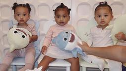 Gemasnya Stormi Webster bersama putri dari Kim Kardashian dan Khloe Kardashian, Chicago West (kiri) dan True Thompson (tengah)(Liputan6.com/IG/@kyliejenner).