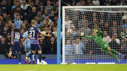 Pemain RB Leipzig Christopher Nkunku (kiri) mencetak gol ke gawang Manchester City pada pertandingan Grup A Liga Champions di Stadion Etihad, Manchester, Inggris, Rabu (15/9/2021). Manchester City menang 6-3. (Martin Rickett/PA via AP)