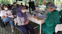 Warga di cek kesehatannya jelang vaksinasi COVID-19 melalui mobil vaksin keliling di Taman Dadap Merah, Kebagusan, Jakarta, Sabtu (10/7/2021). Pelaksanaan vaksinasi melalui mobil vaksin keliling juga diperuntukkan untuk anak usia 12 tahun ke atas. (Liputan6.com/Helmi Fithriansyah)