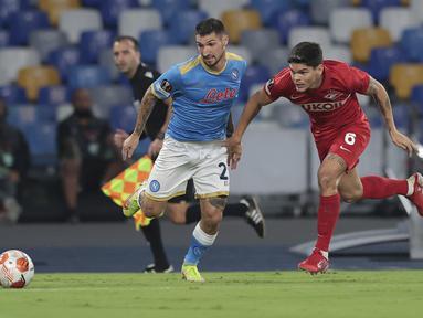 Penyerang Napoli, Matteo Politano berebut bola dengan bek Spartak Moscow, Ayrton Lucas pada Matchday 2 Liga Europa 2021/2022 di Stadio Diego Armando Maradona, Jumat (1/10/2021) dini hari WIB. Napoli secara mengejutkan dikalahkan Spartak Moscow 2-3. (Alessandro Garofalo/ LaPresse via AP)