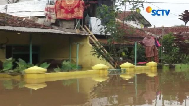 Banjir ini disebabkan hujan deras sejak Kamis kemarin yang mengakibatkan meluapnya Sungai Citarum dan Sungai Cisangkuy.