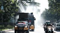 Kendaraan taktis dari Polda Jabar diturunkan menyemprot disinfektan di area publik saat saat Penyemprotan Serentak 27 Kabupaten/Kota dalam kampanye Dari Jawa Barat untuk Indonesia Lawan Korona, Selasa (31/3/2020) (dok Humas Polda Jabar)