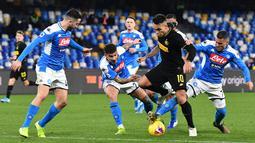 Striker Inter Milan, Lautaro Martinez, berusaha melewati pemain Napoli pada laga Serie A di Stadion San Paolo, Naples, Senin (6/1/2020). Napoli takluk 1-3 dari Inter Milan. (AFP/Tiziana Fabi)