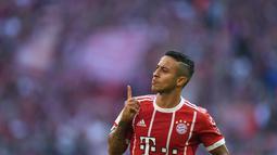 Gelandang Bayern Munchen, Thiago Alcantara berselebrasi usai mencetak gol ke gawang SC Freiburg pada pertandingan Liga Jerman di di Munich, Jerman selatan pada 14 Oktober 2017. Liverpool menebus mantan pemain Barcelona itu sekitar 20 juta pound. (AFP/Christof Stache)