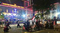 Petugas kebersihan membersihkan jalan usai demo buruh menolak UU Cipta Kerja pada Selasa, (27/10/2020). (Foto: Liputan6.com/Dian Kurniawan)