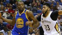 Kevin Durant (kiri) jadi bintang kemenangan Golden State Warriors saat mengalahkan New Orleans Pelicans, Sabtu (29/10/2016) WIB. (Golden State Warriors)