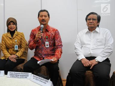 Ketum PERSI Kuntjoro Adi Purjanto, Direktur Jaminan Pelayanan Kesehatan BPJS Kesehatan Maya Rusady,  Direktur Jenderal Pelayanan Kesehatan Kemenkes Bambang Wibowo, Sekretaris Eksekutif KARS Djoti Atmodjo saat memberikan keterangan kepada wartawan di Jakarta, Selasa (7/5). (Liputan6.com/Angga Yuniar)