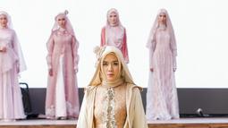 Seorang model memperagakan karya desainer Irna Mutiara di acara kelulusan Islamic Fashion Institute. (Liputan6.com/pool/IFC)