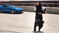 Pebalap perempuan Aseel Al Hamad langsung menjajal trek balap di Saudi Arabia menggunakan Jaguar F-Type. (Motor1)