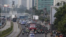 Arak-arakan Timnas Indonesia U-22 usai menjuarai Piala AFF U-22 2019 melintasi Jalan MH Thamrin, Jakarta, Kamis (29/2). Komunitas pengendara motor gede (moge) mengawal pawai kemenangan Timnas U-22 Indonesia. (Liputan6.com/Helmi Fithriansyah)