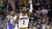 Kyrie Irving saat melawan Golden State Warriors pada laga Final NBA, Minggu (12/6/2017) (AP Photo/Tony Dejak)