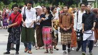 Pengunjung Festival Sarung Indonesia 2019 di Plaza Tenggara Kompleks Gelora Bung Karno, Jakarta, Minggu (3/3). Festival ini untuk menghidupkan kesadaran dan kebanggaan generasi muda akan kekayaan budaya Indonesia. (Liputan6.com/Helmi Fithriansyah)