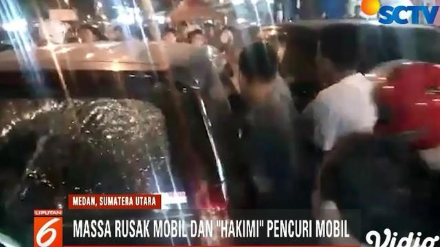 Polisi yang kebetulan berada di lokasi langsung bertindak mengamankan sang pengemudi mobil.