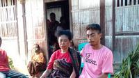 Ibu kandung korban bernama Dementria Ledefita Eta bersama anggota keluarga, sedang menunggu kabar korban ditemukan. (Liputan6.com/Dionisius Wilibardus)