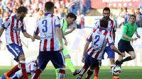 Dihadang empat pemain Atletico Madrid, bintang Barcelona Lionel Messi masih mampu mencetak gol ke gawang Jan Oblak (CESAR MANSO / AFP)