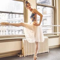 Kesederhanaan gaya mampu tampilkan keanggunan sesungguhnya pada sosok Melanie Hemrick. (Foto: Instagram)