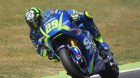 Pebalap Suzuki Ecstar, Andrea Iannone, menyayangkan masalah ban yang dialaminya sehingga gagal finis terdepan di MotoGP Belanda yang berlangsung di Sirkuit Assen, Minggu (25/6/2017). (EPA/Luca Zennaro)