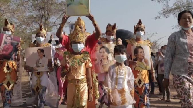 Warga unjuk rasa di kuil kuno Myanmar. Mereka ikut menolak kudeta militer. . Dok: AFP