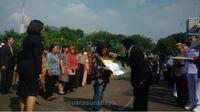 Tri Rismaharini Walikota Surabaya memberikan penghargaan dan santunan kepada korban bom Surabaya. (Suarasurabaya.net/Abidin)
