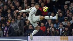 Kylian Mbappe merupakan pemain kunci Paris Saint-Germain yang pernah bawa Les Parisiens hingga babak Final Liga Champions 2019/2020. Musim lalu, Pemain yang baru menginjak 22 tahun tercatat koleksi 42 gol dan 11 assist dari 47 pertandingan di semua ajang. (Foto: AFP/Pascal Pavani)