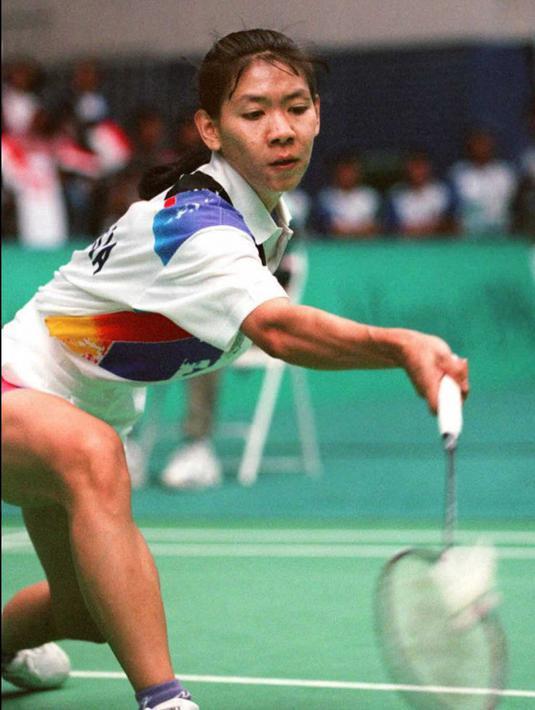 Pemain badminton Indonesia Susy Susanti saat melawan pemain badminton Korea Selatan Bang Soo-Hyun pada semifinal Olimpiade Atlanta 1996 di Atlanta, Amerika Serikat, 30 Juli 1996. Susy Susanti pernah meraih medali emas tunggal putri pada Olimpiade Barcelona 1992. (TOSHIFUMI KITAMURA/AFP)