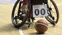 Tangan Sahar Heidari asal Iran berusaha menjangkau bola pada laga basket putri Asian Para Games 2018 antara Iran vs Kamboja di Hall Basket, Senayan, Minggu (7/10/2018).  (Bola.com/Peksi Cahyo)