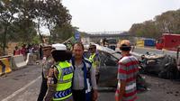 Polisi dan tim SAR bergerak cepat untuk mengevakuasi korban kecelakaan maut Cipularang. (dok Polri)