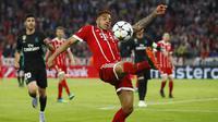 Aksi pemain Bayern, Corentin Tolisso melakukan kontrol bola saat melawan Real Madrid pada leg pertama semfinal Liga Champions di Allianz Arena, Munich, (25/4/2018). Real Madrid menang 2-1. (AP/Matthias Schrader)