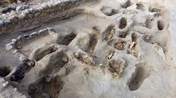 Gambar yang dirilis 27 Agustus 2019, tulang belulang anak-anak yang ditemukan arkeolog di Pampa La Cruz, Peru. Ditemukan 227 kerangka anak yang diduga menjadi korban ritual peradaban masa lampau tepatnya pada masa peradaban Chimu. (Programa Arqueologico Huanchaco/PROGRAMA ARQUEOLOGICO HUANCHACO/AFP)