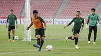 Pemain Timnas Indonesia, Putu Gede, mengirim umpan saat latihan di Stadion Rajamangala, Bangkok, Jumat, (16/11). Latihan ini persiapan jelang laga Piala AFF 2018 melawan Thailand. (Bola.com/M. Iqbal Ichsan)