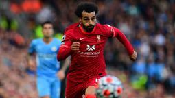 Mohamed Salah. Sayap berusia 29 tahun yang telah memperkuat Liverpool selama 5 musim sejak 2017/2018 ini total telah mencetak 104 gol dari 166 laga di Liga Inggris. Gol teranyar dan yang ke-7 musim ini dicetak saat menang 5-0 atas Watford, 16 Oktober 2021. (AFP/Paul Ellis)