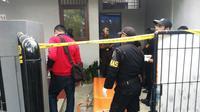 Lokasi seorang pelajar SMK Surabaya yang tewas gantung diri dilingkari garis polisi. (Liputan6.com/Dhimas Prasaja)