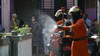 Tim walung kadung di Surabaya semprotkan disinfektan di permukiman warga (Foto: Liputan6.com/Dian Kurniawan)