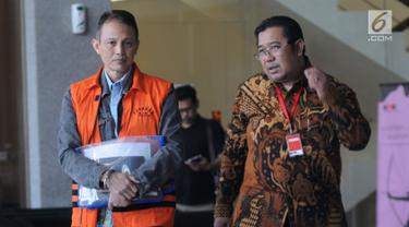 Direktur Teknologi PT Krakatau Steel nonaktif Wisnu Kuncoro (kiri) usai menjalani pemeriksaan di Gedung KPK, Jakarta, Rabu (19/6/2019). Wisnu diperiksa sebagai tersangka terkait dugaan menerima suap pengadaan barang dan jasa. (merdeka.com/Dwi Narwoko)