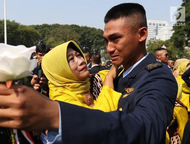 Usai Dilantik Jokowi, Perwira TNI-Polri Menangis di Pelukan Orangtua